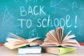 Skolan levererar på bordet på blackboard bakgrund — Stockfoto