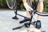 Man repairing his bike, close-up — Stock Photo