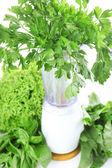 Licuadora con verduras frescas en la mesa de la cocina — Foto de Stock