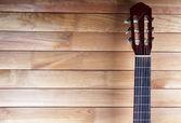 Manche de guitare sur fond en bois — Photo