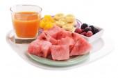 Rodajas de frutas con bayas en plato y vaso de jugo de aislados en blanco — Foto de Stock