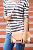 Dziewczyna z torba przez ramię na zewnątrz — Zdjęcie stockowe