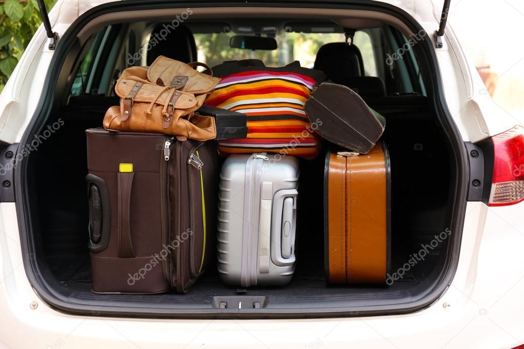 valises et sacs dans le coffre de la voiture pr te partir pour les vacances photographie. Black Bedroom Furniture Sets. Home Design Ideas