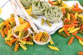 Kleurrijke pasta in houten lepels — Stockfoto
