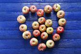 Juicy apples on wooden table — Foto de Stock