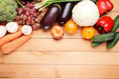 Frutas y vegetales frescos orgánicos — Foto de Stock