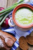 Sopa de alho-poró na mesa, close-up — Fotografia Stock