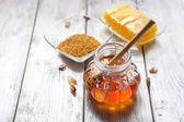 Świeży miód na drewnianym stole — Stockfoto