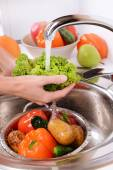 Washing fruits and vegetables — Stock Photo