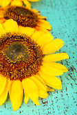 Piękne słoneczniki na drewniane tła — Zdjęcie stockowe