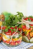 Plantaardige salade in glazen potten — Stockfoto