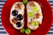 Tasty bread with grape and cheese, close up — Stock Photo