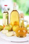Apple cider vinegar and apples — Stock Photo