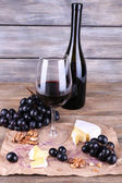 Wine, cheese and ripe grapes — Stock Photo