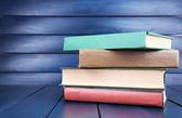 Koyu arka plan üzerine kitaplar — Stok fotoğraf