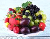 Frutas y bayas de diferentes — Foto de Stock