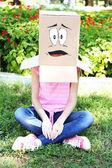 Kvinna med kartong — Stockfoto