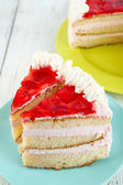 テーブルのクローズ アップでイチゴのケーキ — ストック写真