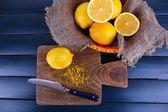 在砧板上的柠檬 — 图库照片