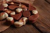 Verschiedene arten von schokolade auf holztisch nahaufnahme — Stockfoto