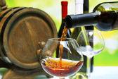 Kırmızı şarap şarap kadehi dökerek yakın çekim — Stok fotoğraf