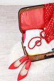 古いスーツケースに女性の服 — ストック写真