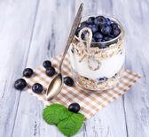 Yogur con muesli y arándanos — Foto de Stock