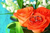 Anneaux de mariage mariage bouquet, gros plan, sur fond clair — Photo