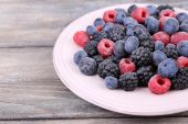 Iced berries on plate — Stock Photo