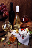 Camembert and brie cheese, honey, wine and grapes — Foto Stock