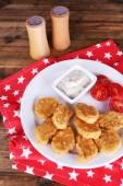 クローズ アップ テーブルにソース添えのチキン ・ ナゲット — ストック写真