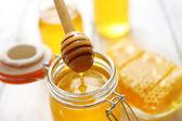 Čerstvý med na dřevěný stůl — Stock fotografie