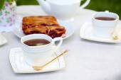 Teacups and tasty pie on table — Stok fotoğraf