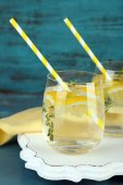 Tasty cool beverage with lemon — ストック写真