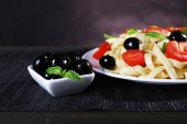 Spaghetti with tomatoes, olives and basil leaves — Foto Stock