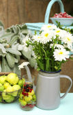Fruits and flowers on table, outdoors — 图库照片