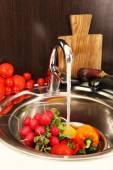 Verdure fresche nel lavandino — Foto Stock