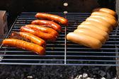 Salsicce sulla griglia del barbecue — Foto Stock