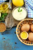 Ingrédients de la mayonnaise sur fond en bois — Photo