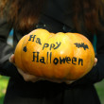 Girl holding Halloween pumpkin — Stock Photo #55329147