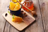 Свежий мед на деревянный стол — Стоковое фото