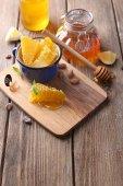Mel fresco na mesa de madeira — Fotografia Stock