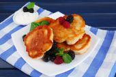 Tasty pancake with fresh berries — Stock Photo