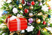 Caixa de presente na árvore de Natal closeup — Fotografia Stock