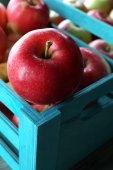 Juicy apples in box, close-up — Stock Photo