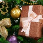 Gift box on Christmas tree closeup — Stock Photo #55639973