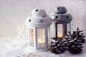 Luci flash bianche e metalliche e decorazione di natale su sfondo chiaro — Foto Stock