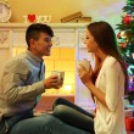 Kupalar ile oturan aşk Çift — Stok fotoğraf #55645017