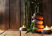 Спа забивает камнями на столе — Стоковое фото