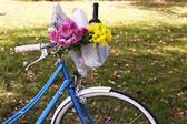 Biciclette con fiori e bottiglia di vino — Foto Stock